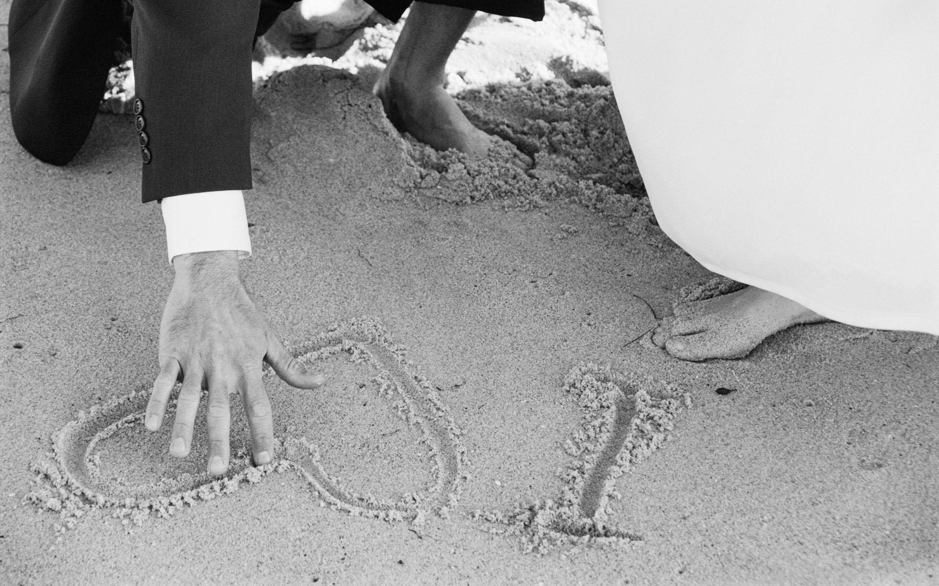 Обои фото сердечко на песке рисунок
