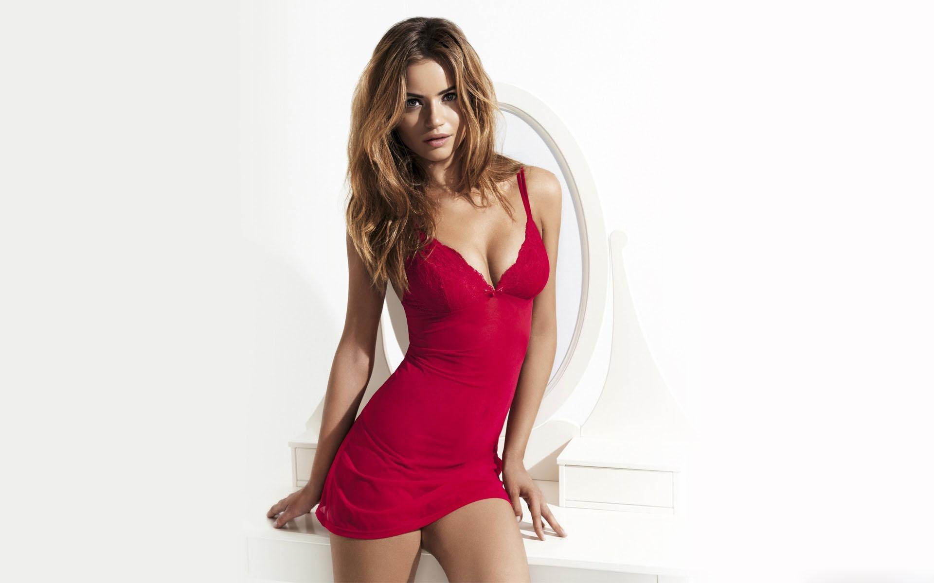 Красивая девушка в коротком платье фото 785-959