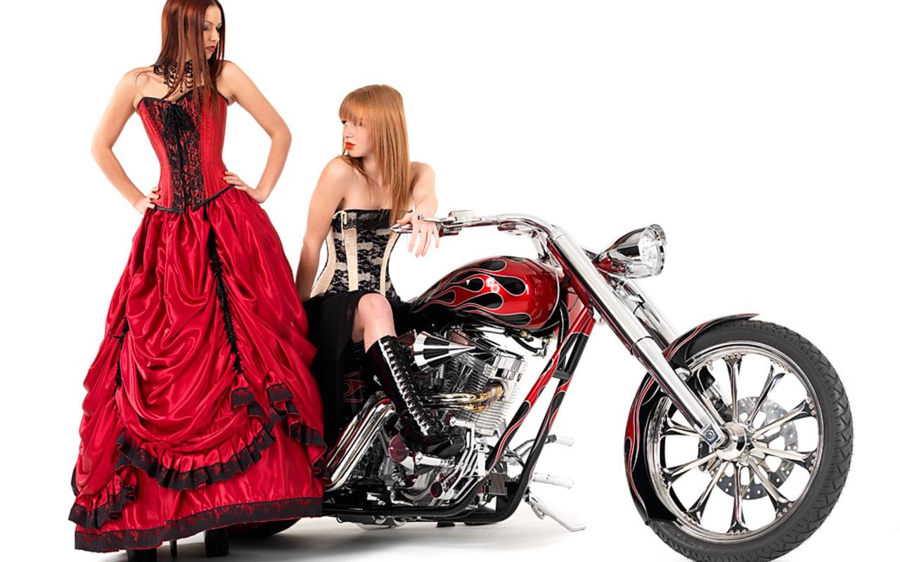 Девушки девушки и мотоцикл